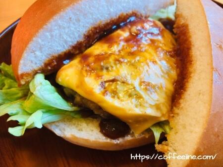 チーズがとろけるコメダ珈琲店のドミグラスバーガー