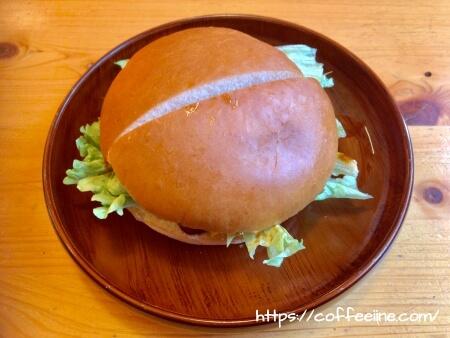 2つ切りにされたコメダ珈琲店のハンバーガー