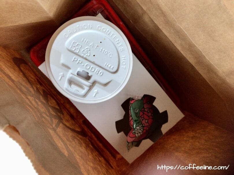 コメダ珈琲店のテイクアウトをして固定されたコーヒーカップ
