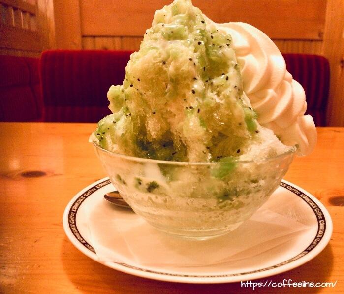 正面から見たコメダ珈琲店のキウイ氷
