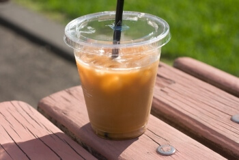 公園のベンチに置いたアイスコーヒー