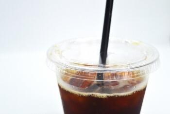 ストローを付けたアイスコーヒー