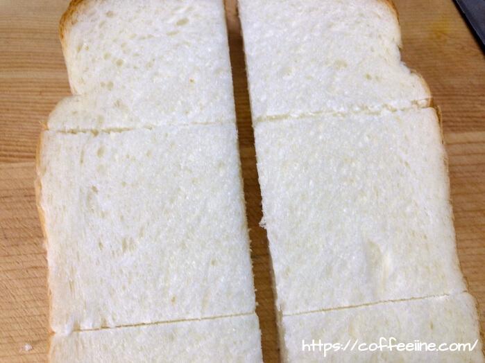 切り目を入れたコメダ珈琲店の山食パン