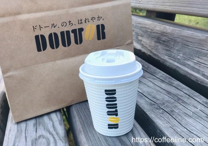 ドトールのテイクアウトの袋とコーヒーカップ