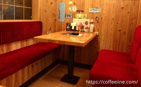 コメダ珈琲店の机と椅子